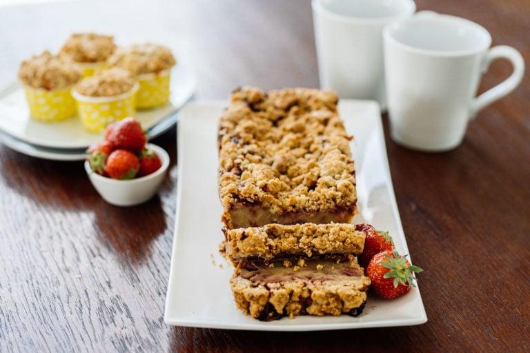 Bananen-Erdbeer-Kuchen mit Streuseln und Kaffeetassen