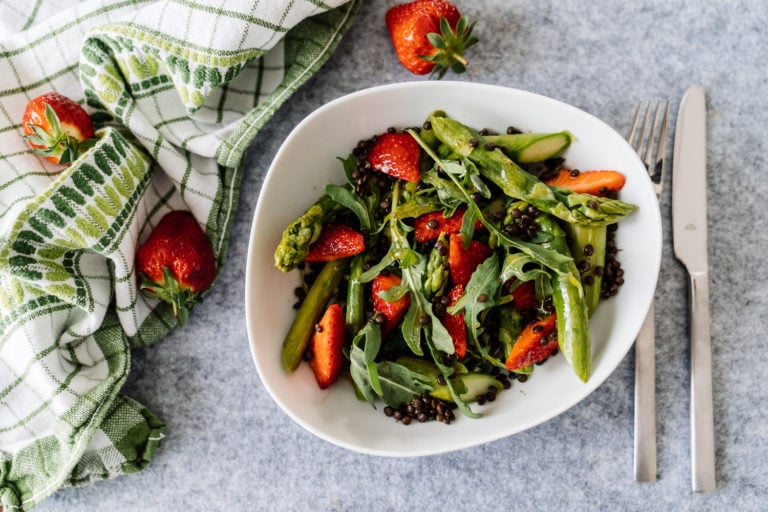 Selbstgemachter Erdbeer-Spargel-Salat